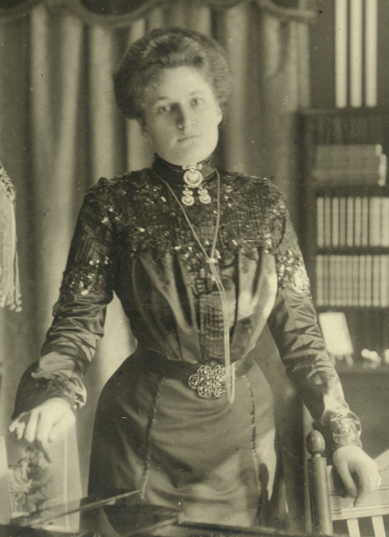 Therese Schnabel standing at Piano. Berlin, around 1908